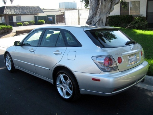 2005_Lexus_IS300_Wagon_b
